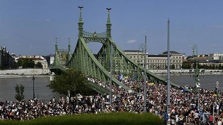 miles-de-personas-se-unen-al-desfile-del-orgullo-en-hungria-para-protestar-contra-la-ley-lgbtq-nacional-globalnewsca